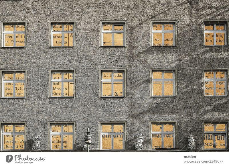 Haus.text Stadt Menschenleer Mauer Wand Fassade Fenster außergewöhnlich eckig gelb grau Text Statue Engel Laterne Schattenspiel Farbfoto Gedeckte Farben