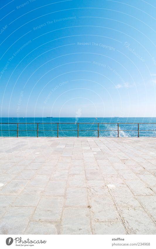Sommerfrische Wasser Meer Sommer ruhig Ferne Erholung Wassertropfen Schönes Wetter Geländer Wolkenloser Himmel spritzen Portugal Atlantik maritim Bodenplatten Perspektive