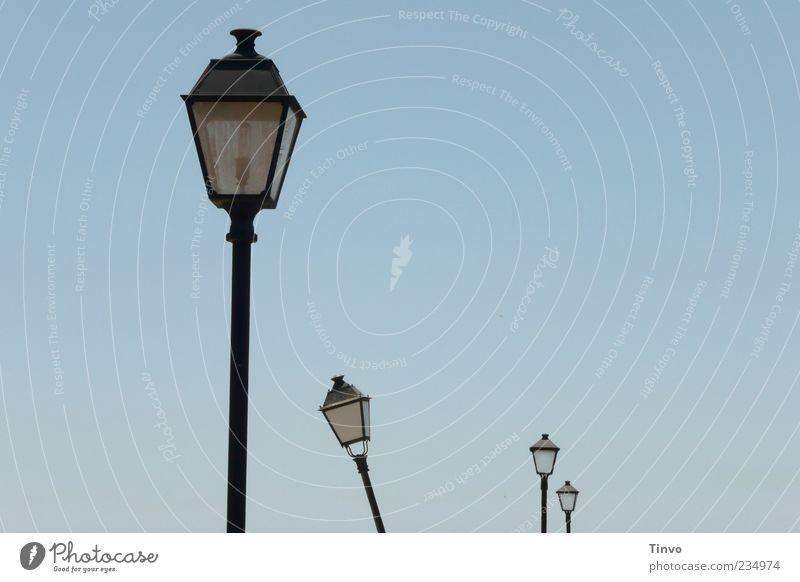 Pendelleuchte Himmel Wolkenloser Himmel Bewegung umfallen Außenbeleuchtung Straßenbeleuchtung aufgereiht Farbfoto Außenaufnahme Menschenleer Textfreiraum rechts