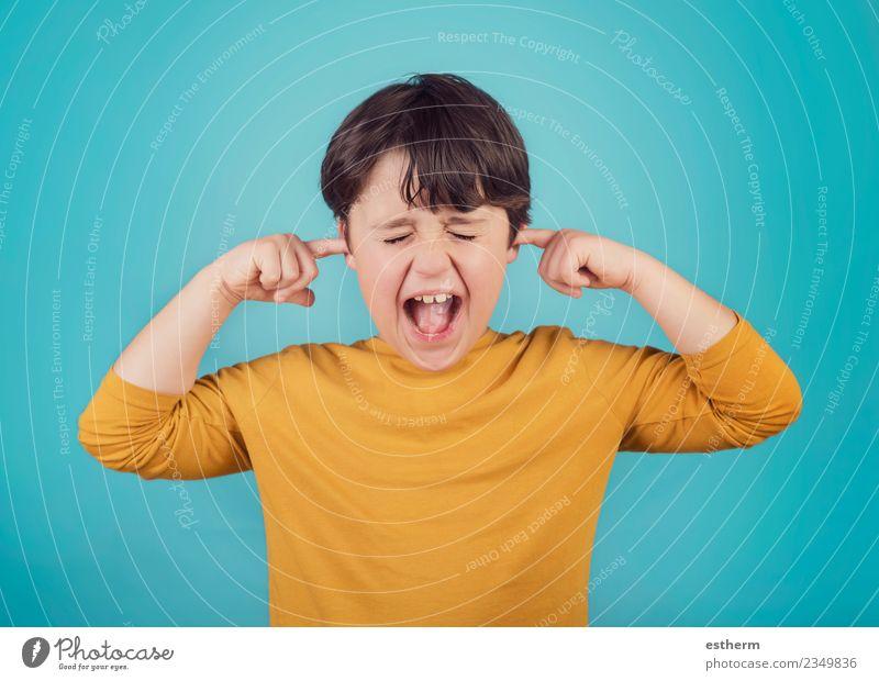 Porträt eines schreienden kleinen Jungen, der die Ohren mit Händen bedeckt. Lifestyle Mensch Kind Kindheit 1 3-8 Jahre sprechen Fitness Aggression bedrohlich