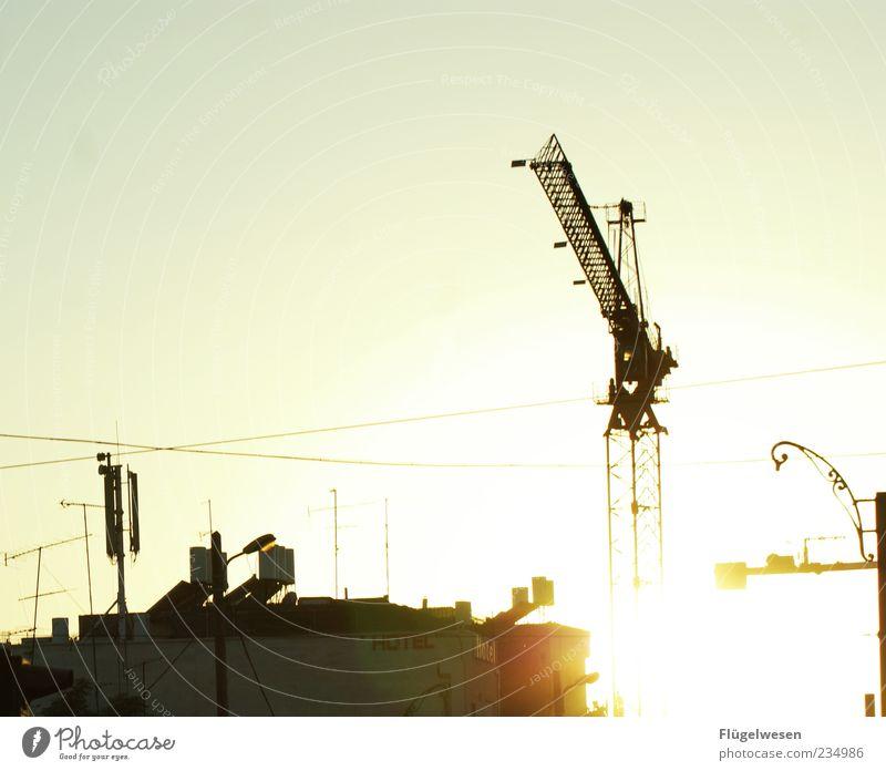 Dschingis Kran Himmel Arbeit & Erwerbstätigkeit Industrie Baustelle neu Bauwerk Wolkenloser Himmel Stadtzentrum Strommast Arbeitsplatz bauen Industrieanlage