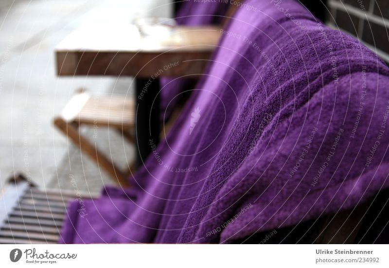 Kühle Abende ruhig kalt Wand Mauer Stil elegant liegen Design Tisch Stuhl Kunststoff violett Wohlgefühl Decke Möbel Café
