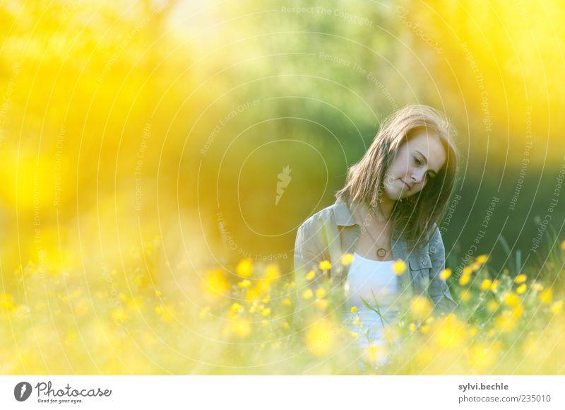 yellow paradise II Mensch Natur Jugendliche Pflanze Sommer Blume ruhig Einsamkeit gelb Erholung feminin Leben Umwelt Blüte Traurigkeit