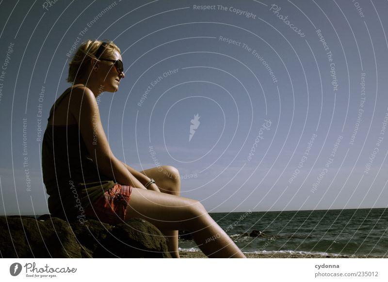 Sonne tanken Mensch Natur Jugendliche Meer Ferien & Urlaub & Reisen Strand ruhig Erwachsene Ferne Erholung Leben Umwelt Freiheit Wärme träumen Zufriedenheit