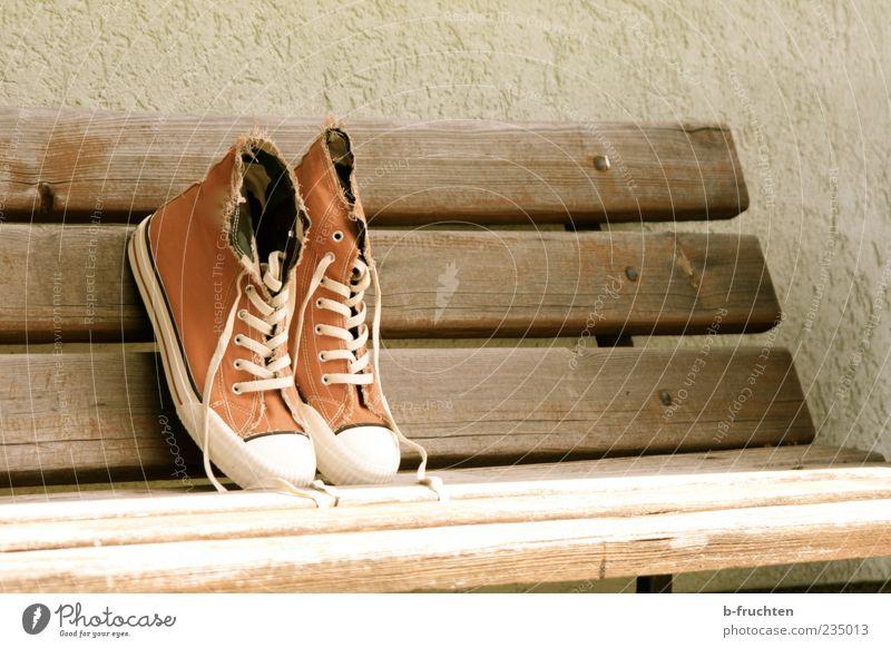 Verlorene Generation alt Einsamkeit Wand Holz Mauer Schuhe braun dreckig Design Chucks Turnschuh gestellt Gefühle Holzbank Freizeitschuh Schuhpaar