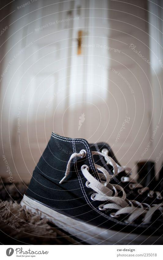Zu Haus' bei Mr. Taylor Häusliches Leben Wohnung Raum Flur Menschenleer Tür Fußmatte Schuhe Turnschuh Chucks trendy nerdig Originalität schwarz weiß Eingangstür