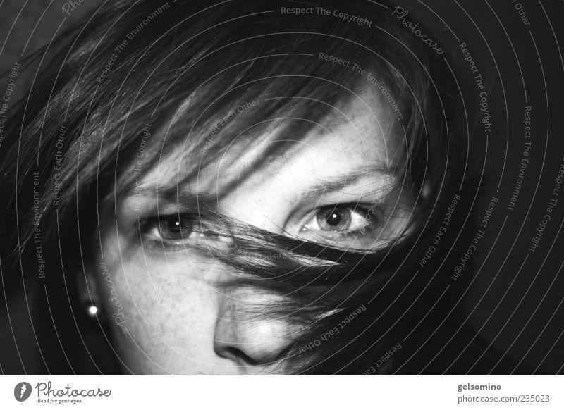 wuschhhh Mensch Jugendliche Gesicht feminin Bewegung Haare & Frisuren Kopf direkt Sommersprossen Anschnitt Schwarzweißfoto Ohrringe Haarsträhne intensiv