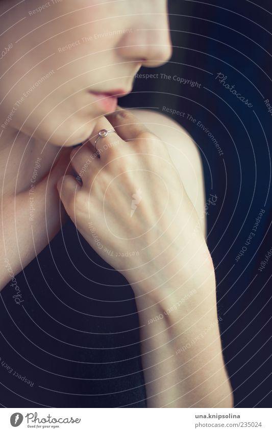 schmuckstück Mensch Frau Jugendliche Hand schön Erwachsene feminin klein Metall elegant natürlich Design Finger Lifestyle 18-30 Jahre Junge Frau