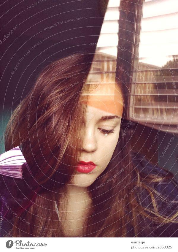 traurige junge Frau hinter dem Fenster Mensch feminin Junge Frau Jugendliche Erwachsene authentisch natürlich niedlich schön trist selbstbewußt Mitgefühl