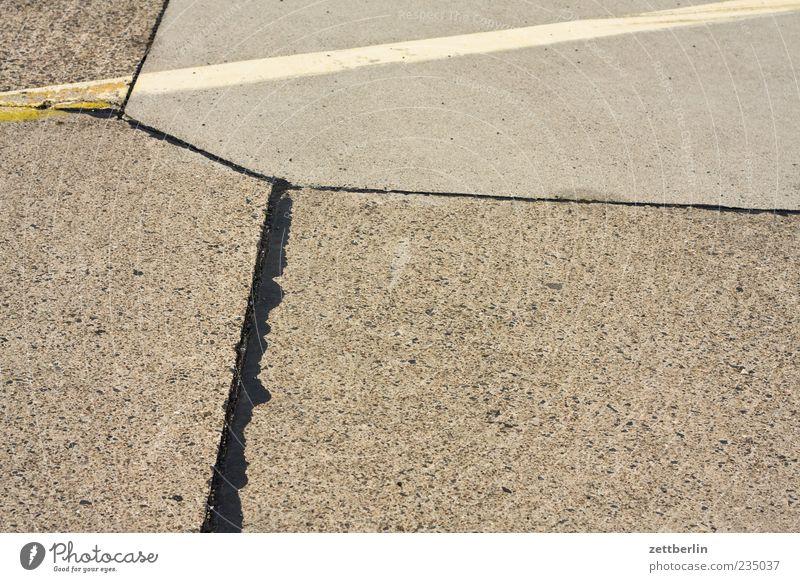 Platz Sommer Flugplatz Landebahn Schilder & Markierungen Linie alt Fahrbahnmarkierung Beton Farbfoto Gedeckte Farben Außenaufnahme Strukturen & Formen