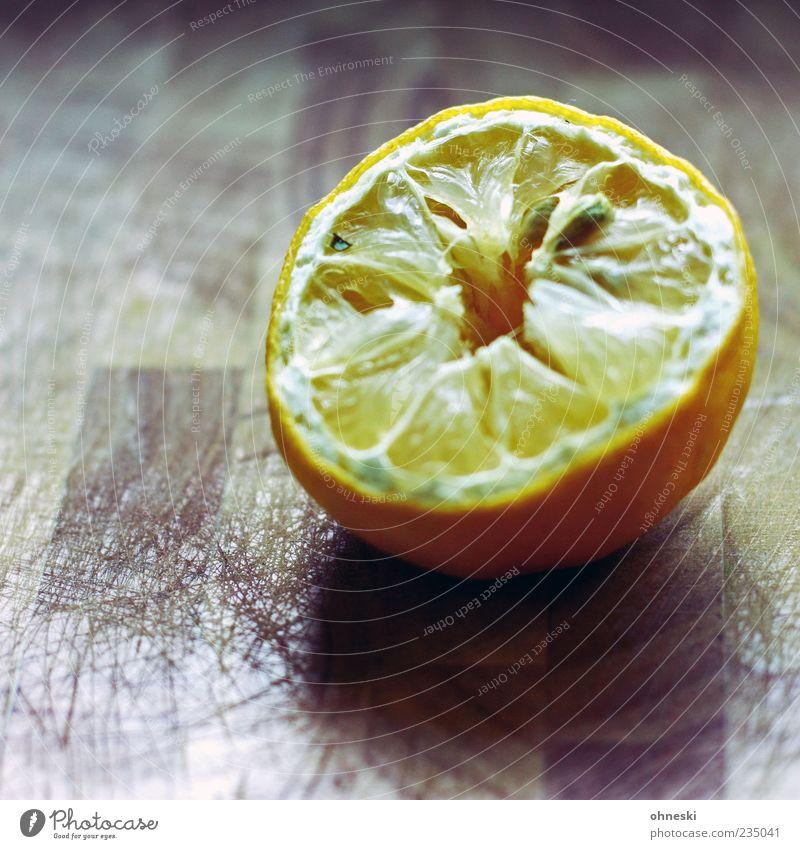 Sauer macht lustig gelb Ernährung Lebensmittel Frucht liegen trocken Schneidebrett Hälfte Kerne Zitrone vertrocknet sauer Fruchtfleisch Vegetarische Ernährung