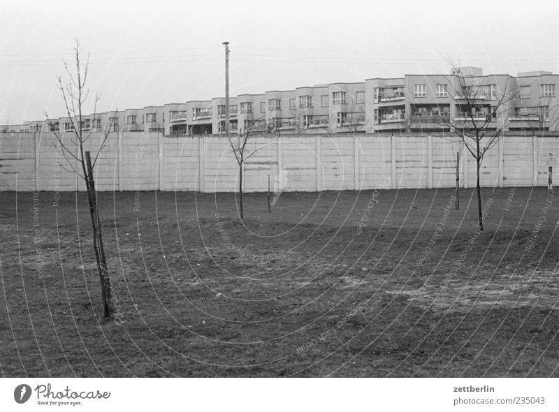 Ost und West Stadt Hauptstadt Menschenleer Mauer Wand Wahrzeichen authentisch Berliner Mauer Schwarzweißfoto Außenaufnahme Tag Weitwinkel