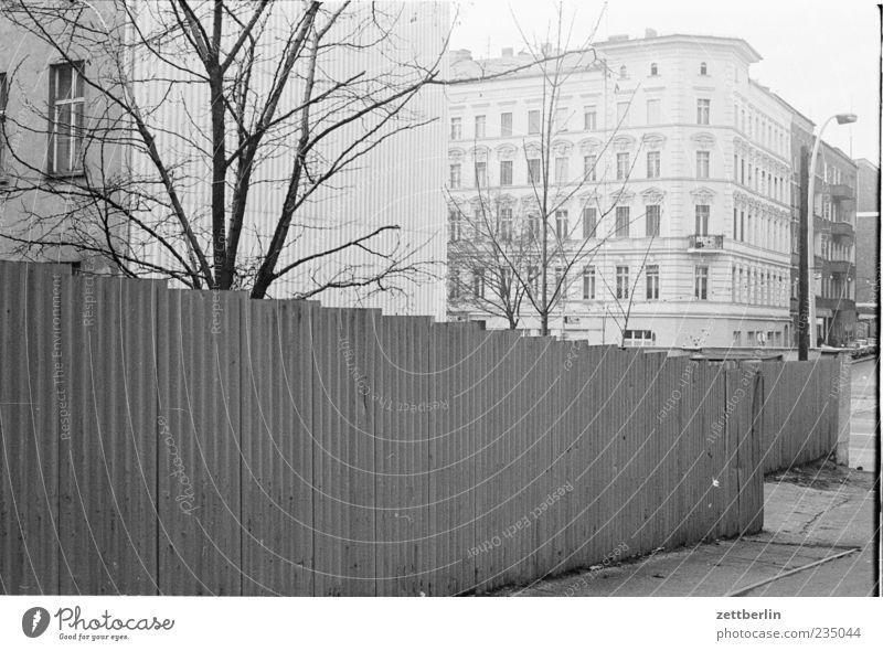 Greifswalder Straße alt Stadt Haus Wand Gefühle Mauer Fassade authentisch Hauptstadt Altbau Wellblech Bauzaun Prenzlauer Berg