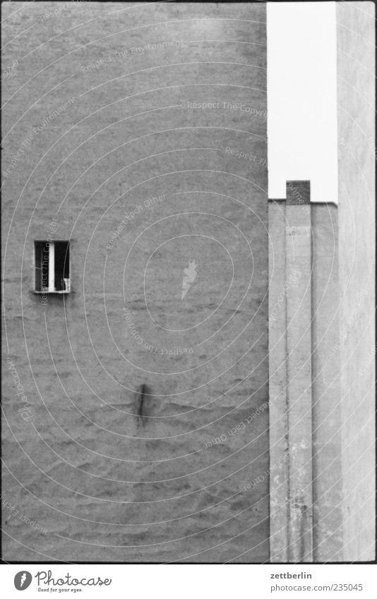 Brandmauer Haus Fenster Wand Architektur Gefühle Gebäude Mauer Fassade trist Hochhaus Bauwerk Altstadt Schornstein Hinterhof Brandmauer Schwarzweißfoto