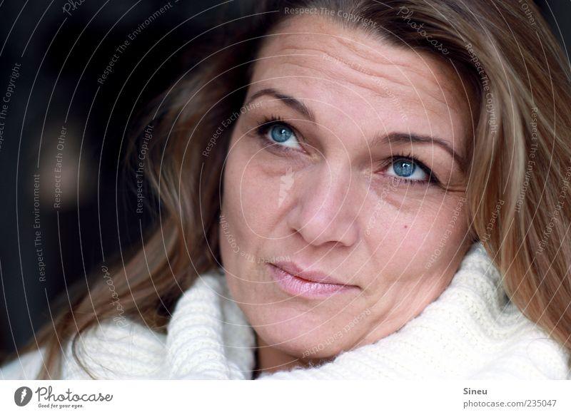 Nr. 100 Frau Erwachsene Kopf Gesicht Mensch 30-45 Jahre Pullover Rollkragenpullover Wolle Wollpullover brünett langhaarig beobachten positiv ruhig Erholung