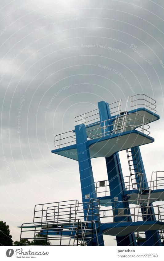 Bedrohlich Freiheit Sommer Sport Sportstätten Himmel Wolken Gewitterwolken Gefühle Freude Euphorie Mut Angst Sprungbrett Turm blau Treppe Höhe Farbfoto