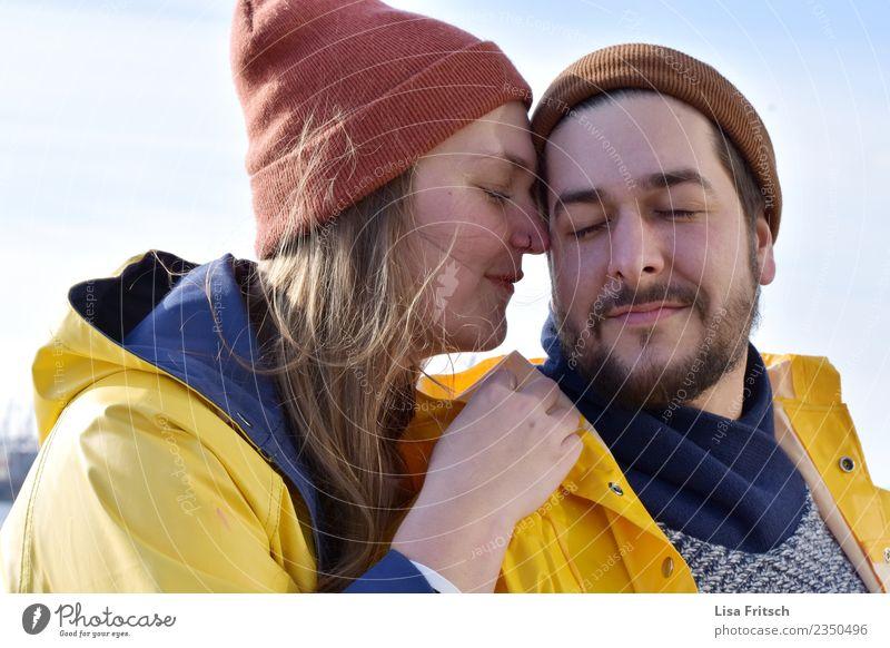 Paar - Mützen - Augen zu Junge Frau Jugendliche Junger Mann Partner 2 Mensch 18-30 Jahre Erwachsene Regenjacke Bart atmen berühren genießen Lächeln Liebe