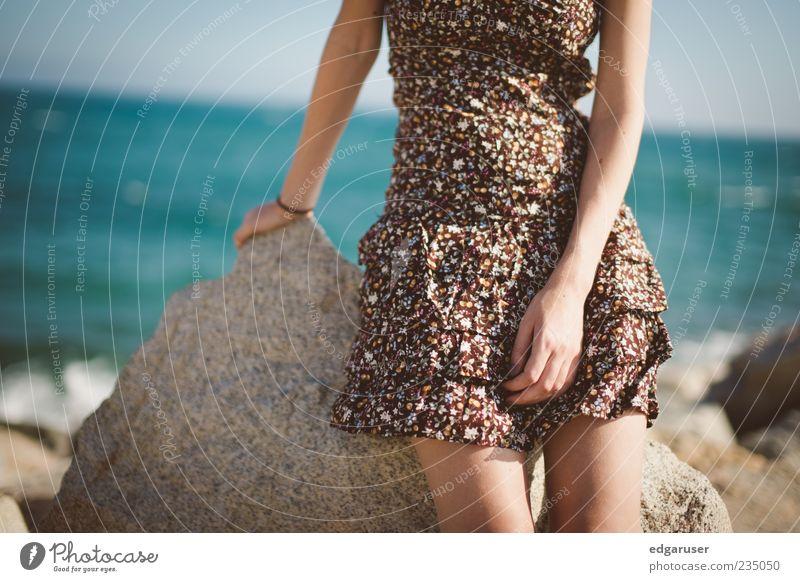 Sommerbrise Jugendliche blau schön Sonne Meer Sommer Strand ruhig feminin Freiheit Küste Stein Stil Mode träumen braun