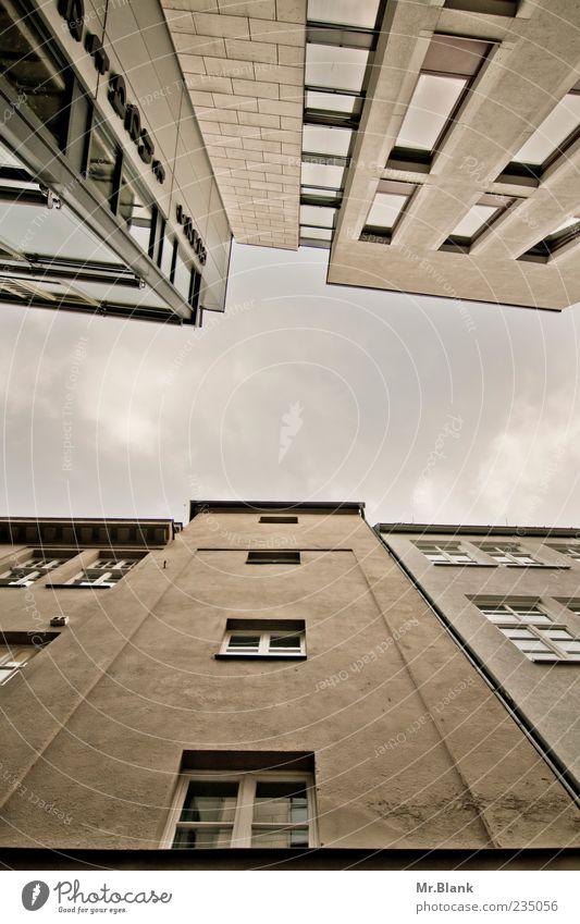 hui, hoch. Himmel blau Wolken Haus Fenster kalt Wand grau Mauer braun Fassade trist Höhe Wolkenhimmel Fensterfront