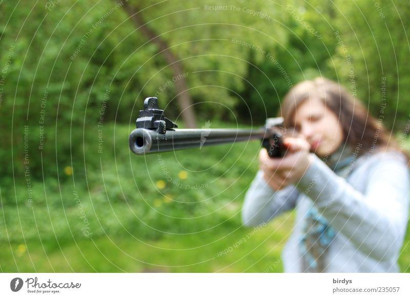 Junge Frau mit Gewehr im Anschlag, Mündungsöffnung Gewehrlauf schießen Schießsport Jugendliche 1 Mensch brünett außergewöhnlich bedrohlich grün Begeisterung Mut