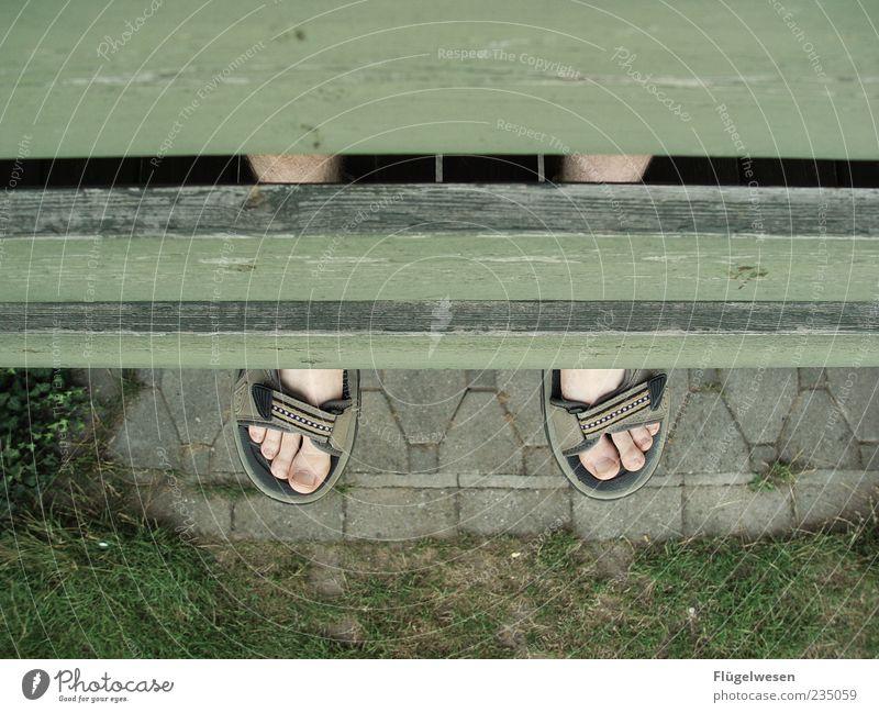 Balkonien schön Sommer Erholung Gras Glück Beine Fuß Lifestyle Geborgenheit Zehen Pflastersteine Schneidebrett Sandale