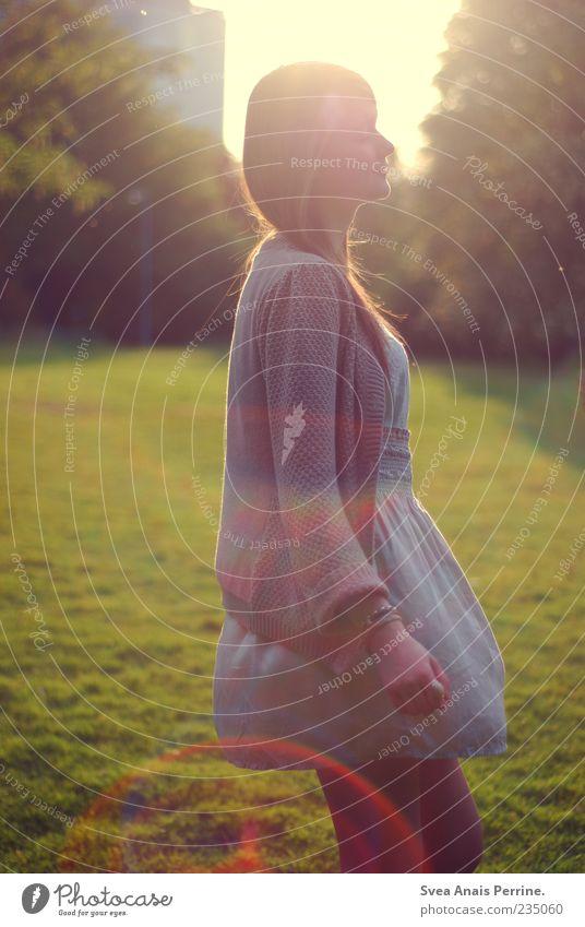 weil das morgen noch so ist. Mensch Jugendliche Sonne Erwachsene Wiese feminin Haare & Frisuren Traurigkeit Stil Park blond Tanzen elegant außergewöhnlich