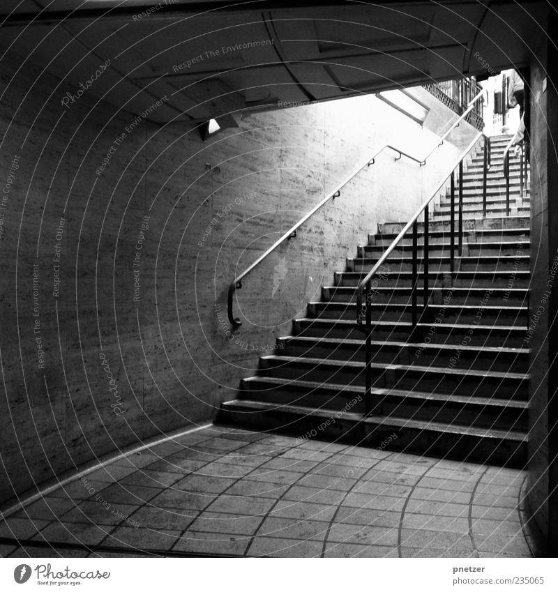 Immer aufwärts! Menschenleer Platz Bahnhof Tunnel Architektur Mauer Wand Treppe alt dunkel trist schwarz weiß Gefühle Mobilität Treppengeländer London