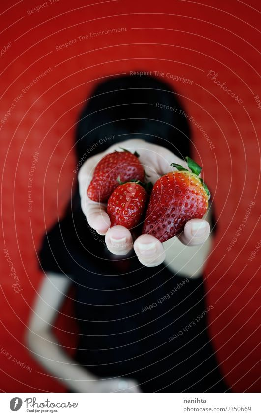Junge Frau hält Erdbeeren in der Hand. Lebensmittel Frucht Ernährung Essen Bioprodukte Vegetarische Ernährung Lifestyle Design Mensch feminin Jugendliche 1