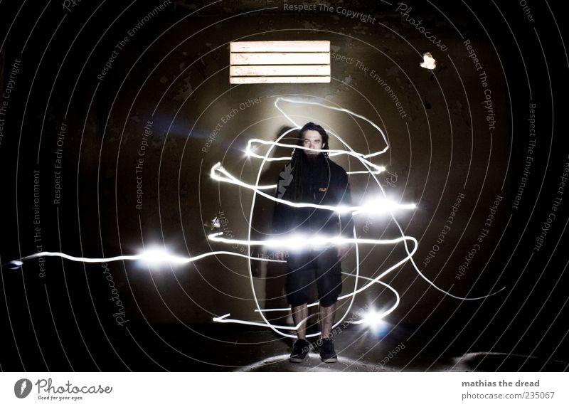 1300 Mensch maskulin Junger Mann Jugendliche 18-30 Jahre Erwachsene Haus Industrieanlage Fabrik Ruine Mauer Wand stehen Lichtstreifen Spirale verrückt