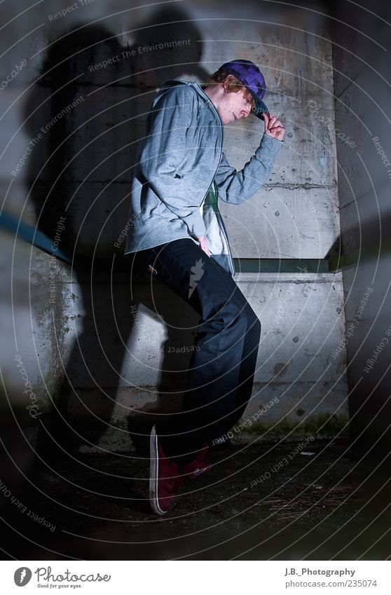 Streetstyle! Mensch Jugendliche Freude Erwachsene Leben Wand Mauer Gebäude Musik Tanzen Treppe Beton maskulin ästhetisch verrückt Bekleidung