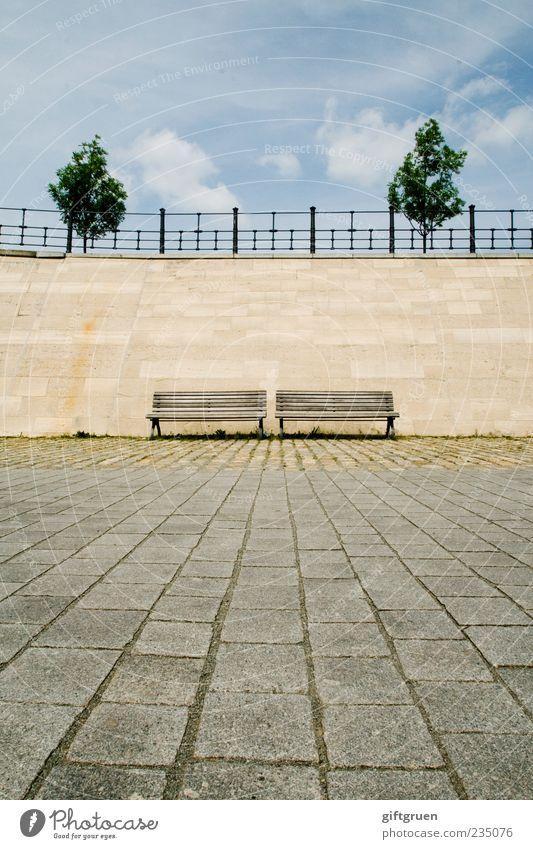 zwei mal zwei Himmel Baum Wolken Wand Mauer Zufriedenheit Ordnung leer Perspektive paarweise Boden Sauberkeit Bank Geländer Sitzgelegenheit Symmetrie