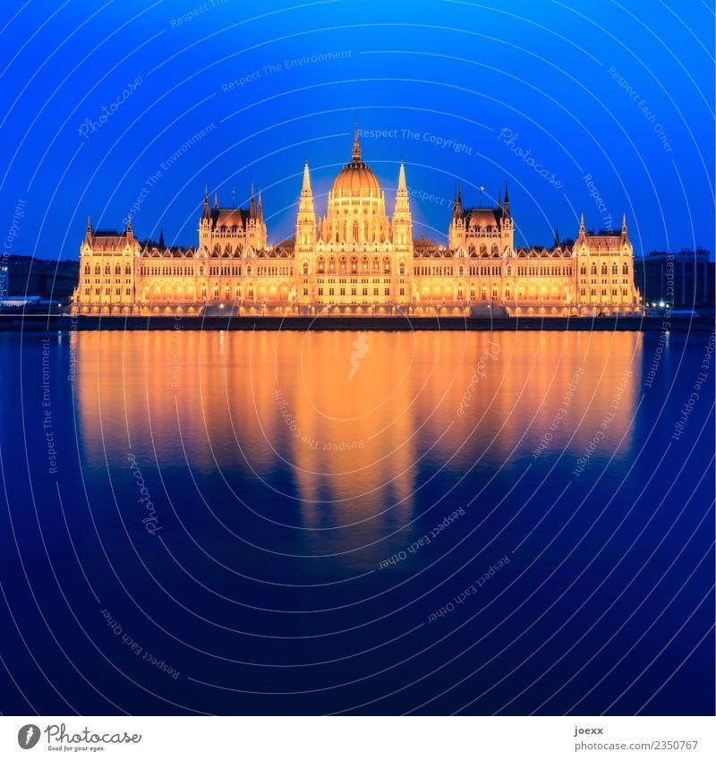 Országház Flussufer Budapest Ungarn Hauptstadt Architektur Fassade Sehenswürdigkeit Parlament alt groß historisch schön blau gelb gold Farbfoto Außenaufnahme