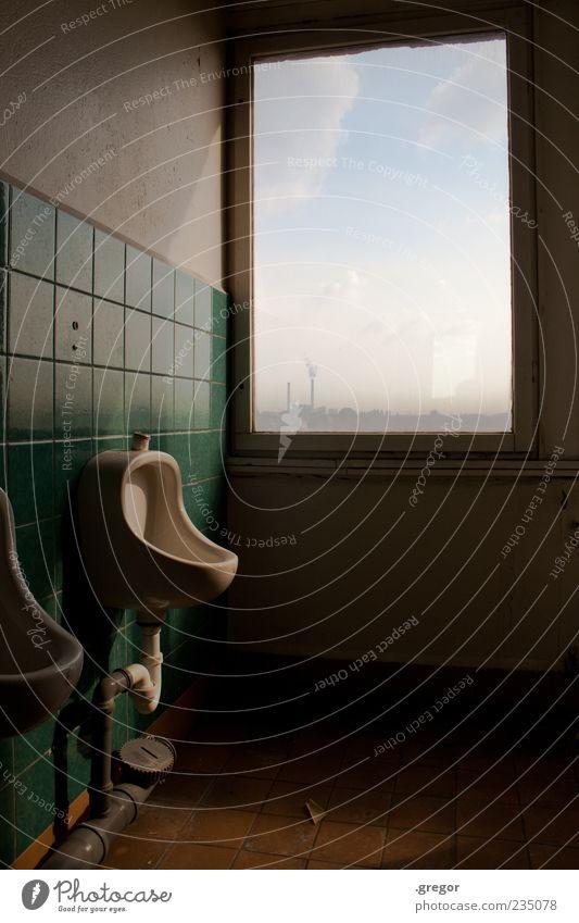 Urin am Horizont Himmel Wolken Menschenleer Fenster Pissoir Bad Rohrleitung Fliesen u. Kacheln Zettel Toilette Stein Beton Glas alt dreckig Klischee trist gelb