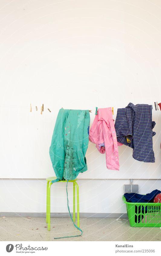 Wäsche waschen. Häusliches Leben Bekleidung Arbeitsbekleidung Schutzbekleidung Hemd Stoff hängen Reinigen trendy trocken mehrfarbig grün rosa Fröhlichkeit