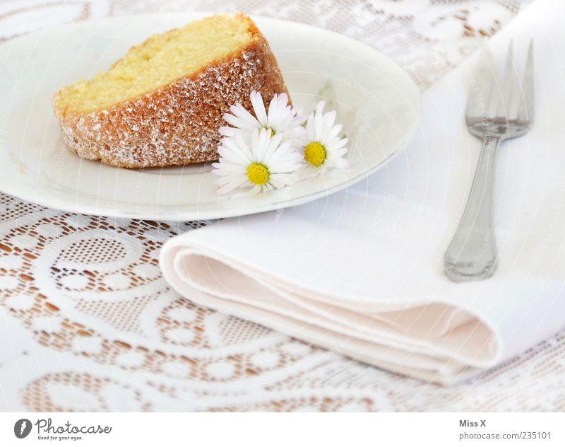 Kuchen weiß Blume Ernährung Lebensmittel hell Feste & Feiern süß Kuchen lecker Teller Gänseblümchen Spitze Backwaren Dessert Teigwaren Gabel