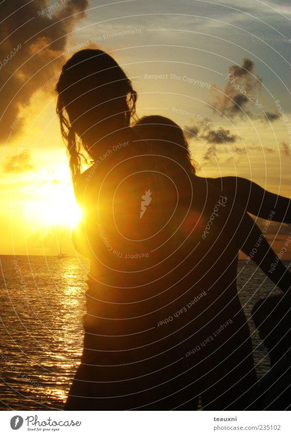 Mensch Jugendliche Wasser Sonne Ferien & Urlaub & Reisen Meer Strand Wolken Erwachsene Horizont stehen 18-30 Jahre geheimnisvoll Gelassenheit Segeln Junge Frau