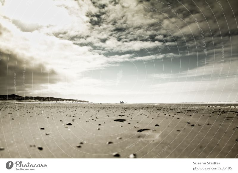 Spiekeroog | Sand zwischen den Zehen Erde Himmel Wolken Küste Strand Nordsee Meer genießen Muschelsand Fußspur Abdruck Gewitterwolken dunkel Sonnenstrahlen hell