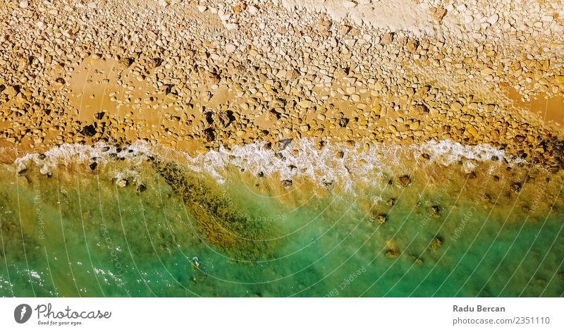 Luftbilddrohne Ansicht der dramatischen Meereswellen Umwelt Natur Landschaft Erde Sand Wasser Sommer Schönes Wetter Wärme Felsen Wellen Küste Strand Bucht