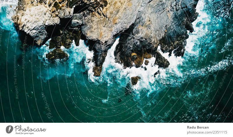 Luftbilddrohne Ansicht der dramatischen Meereswellen Zerschlagung Umwelt Natur Landschaft Erde Wasser Sommer Wetter schlechtes Wetter Unwetter Wind Sturm Hügel
