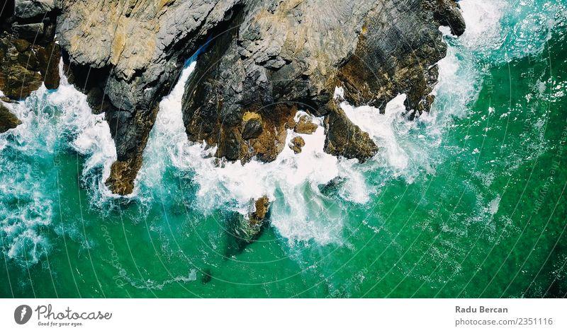 Luftaufnahme der dramatischen Meereswellen, die in Lagos zerquetschen. Umwelt Natur Landschaft Erde Wasser Sommer Hügel Felsen Wellen Küste Strand Bucht Insel