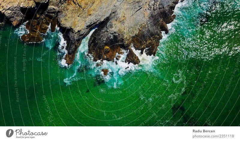 Luftaufnahme der Meereswellen, die auf Felsen pressen. Umwelt Natur Landschaft Erde Wasser Sommer Schönes Wetter Hügel Wellen Küste Strand Bucht Insel exotisch