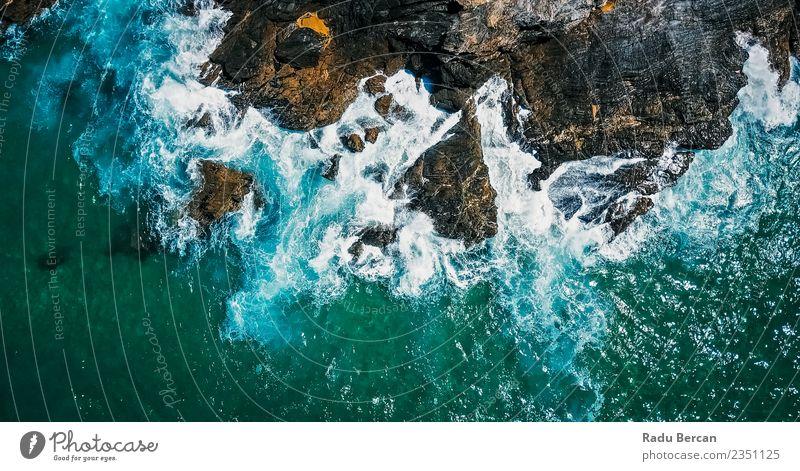 Luftbilddrohne Ansicht der dramatischen Meereswellen Umwelt Natur Landschaft Erde Wasser Sommer Schönes Wetter Unwetter Gewitter Wärme Hügel Felsen Wellen Küste