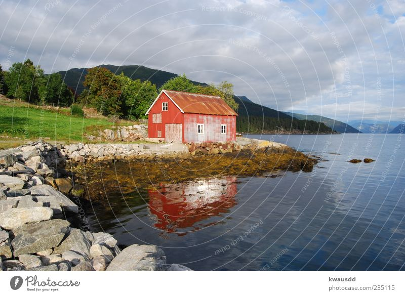 Haus am See Erholung Berge u. Gebirge Wasser Wolken Gewitterwolken Seeufer Fjord Norwegen Fischerdorf Menschenleer Hütte Stimmung Gelassenheit ruhig Natur Ferne