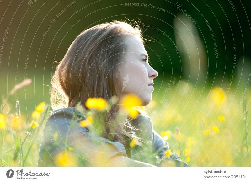 silence is golden Mensch Natur Jugendliche Pflanze Sommer Blume Einsamkeit ruhig Gesicht gelb Erholung Umwelt Leben Wiese feminin Gras