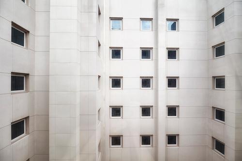 Stadt Haus Einsamkeit Fenster Architektur Wand Gebäude Mauer Fassade Häusliches Leben Wohnung Büro modern Hochhaus Platzangst Zukunftsangst