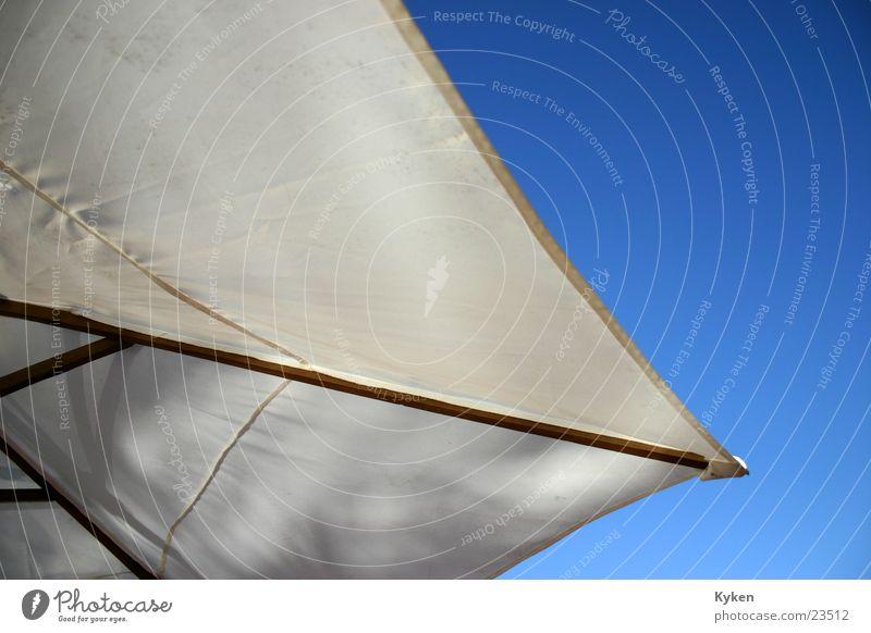 Im Schatten Sonnenschirm weiß Holz Stoff Ferien & Urlaub & Reisen Freizeit & Hobby Himmel blau Detailaufnahme Anschnitt Sonnenbrandvermeidung