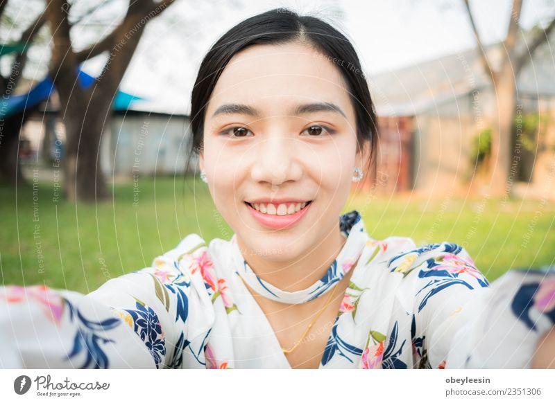 schöne junge asiatische Mädchen haben eine glückliche Zeit allein. Getränk Lifestyle Freude Glück Gesicht ruhig Sommer Business Frau Erwachsene Park Straße