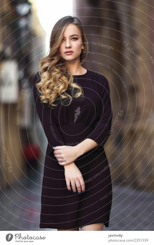 Blonde Frau im urbanen Hintergrund. Lifestyle Stil schön Haare & Frisuren Gesicht Mensch feminin Junge Frau Jugendliche Erwachsene 1 18-30 Jahre Herbst Straße