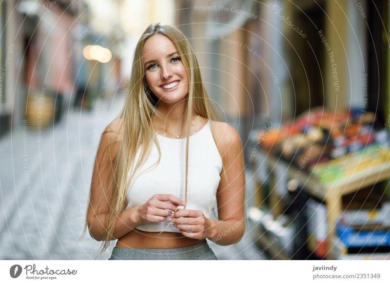 Lächelnde junge Frau im urbanen Hintergrund. Lifestyle elegant Stil Glück schön Haare & Frisuren Sommer Mensch feminin Junge Frau Jugendliche Erwachsene 1