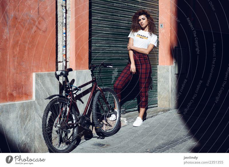 Schöne junge arabische Frau mit schwarzer lockiger Frisur. Lifestyle schön Haare & Frisuren Sommer Mensch feminin Junge Frau Jugendliche Erwachsene 1